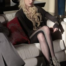 Jenny (Taylor Momsen) sul divano in una scena dell'episodio It's a Dad, Dad, Dad, Dad World di Gossip Girl