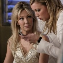 Melrose Place: Katie Cassidy ed Heather Locklear in una scena dell'episodio Wilshire