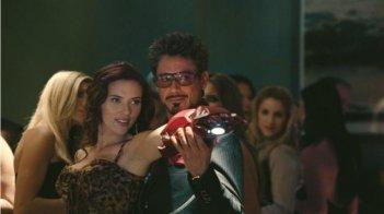Scarlett Johansson e Robert Downey Jr. in una scena di Iron Man 2