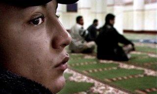 Nader Sarhan nella scena della moschea nel film Fratelli d'Italia