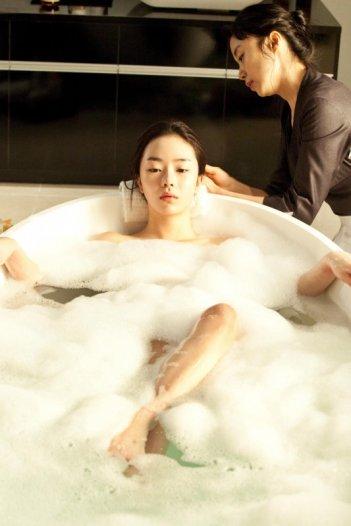 Una sensuale scena in vasca nel film The Housemaid diretto da  Im Sang-soo