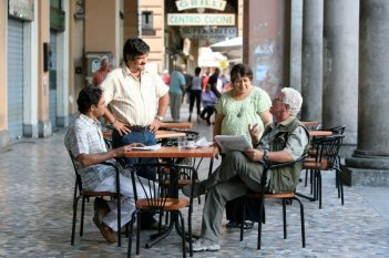 Ahmed Hafiene, Francesco Pannofino, Serra Yilmaz e Ninetto Davoli nel film Scontro di civiltà per un ascensore a Piazza Vittorio
