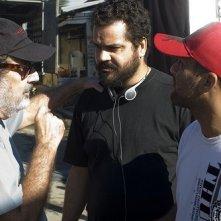 I registi Cacá Diegues, Cacau Amaral e Rodrigo Felha sul set di uno degli episodi di 5xFavela