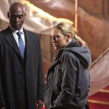 Fringe: Anna Torv e Lance Reddick nella prima parte del finale della stagione 2