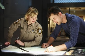 Martha Plimpton e Joshua Jackson nell'episodio Northwest Passage di Fringe