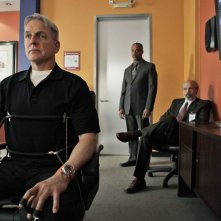 Gibbs (Mark Harmon) al test del Poligrafo con alle spalle Leon Vance (Rocky Carroll) e T.C. Fornell (Joe Spano) nell'episodio Moonlighting di NCIS