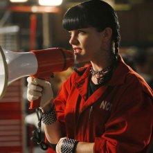 La simpatica Abby (Pauley Perrette) in una sequenza dell'episodio Moonlighting di NCIS