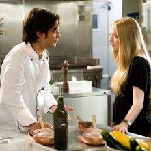 Sophie (Amanda Seyfried ) in cucina con Victor (Gael Garcia Bernal) nel film Letters to Juliet