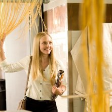Sophie (Amanda Seyfried) in mezzo alla pasta in una scena del film Letters to Juliet