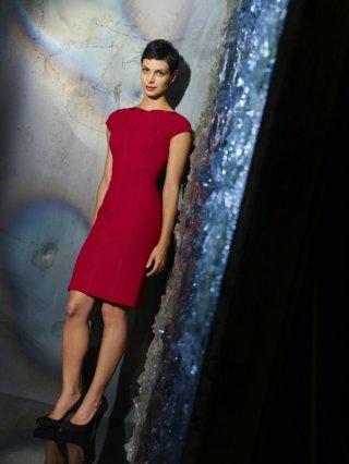 Morena Baccarin (Anna, leader dei Visitors nel remake della ABC) in una foto promozionale di V