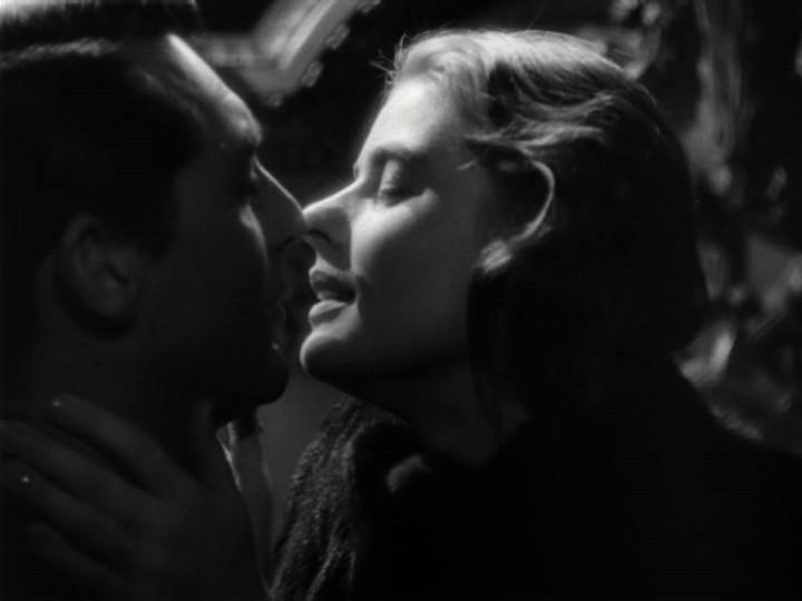 Un Bacio Appassionato Tra Cary Grant Con Ingrid Bergman In Una Scena Di Notorious L Amante Perduta 160226