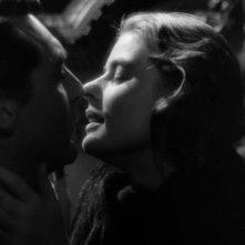 Un bacio appassionato tra Cary Grant con Ingrid Bergman in una scena di Notorious - L\'amante perduta