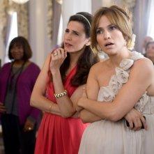 Jennifer Lopez e Michaela Watkins nella commedia Piacere, sono un po' incinta