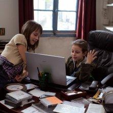 Le piccole Alice Gautier e Manelle Driss in una scena del film Le père de mes enfants (2009)