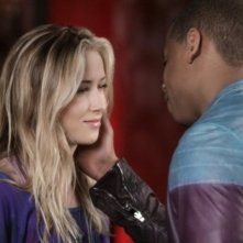90210: Tristan Wilds e Gillian Zinser in un momento dell'episodio Javianna