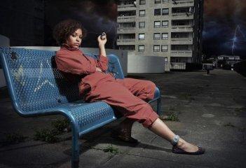 Antonia Thomas è Alicia in una foto promozionale della serie Misfits