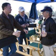 Dale Dye, Steven Spielberg e Tom Hanks in un momento delle riprese della miniserie The Pacific