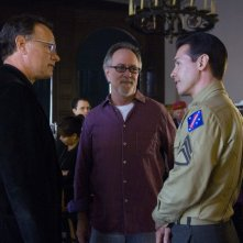 Tom Hanks, Gary Goetzman e Jon Seda sul set della miniserie The Pacific