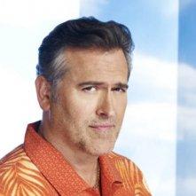 Bruce Campbell è Sam Axe in un'immagine promozionale della stagione 4 di Burn Notice