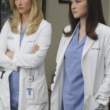 Grey's Anatomy: Chyler Leigh e Sarah Drew in una scena dell'episodio Sympathy for the Parents