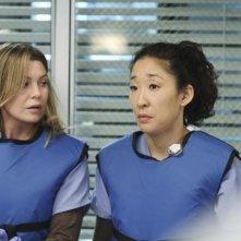 Grey's Anatomy: Ellen Pompeo e Sandra Oh nell'episodio How Insensitive