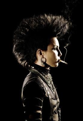 Noomi Rapace in un'immagine promozionale del film La regina dei castelli di carta