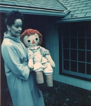 Una foto della sensitiva Lorraine Warren