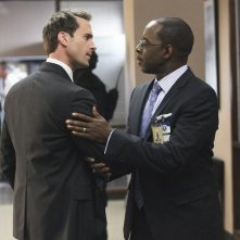 FlashForward: Joseph Fiennes e Courtney B. Vance in una scena dell'episodio Countdown