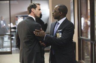 FlashForward: Joseph Fiennes e Courtney B. Vance in una scena dell'episodio Countdown