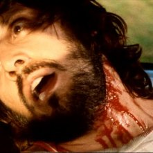 George Eastman morto in una scena del thriller Semaforo Rosso (Cani arrabbiati)