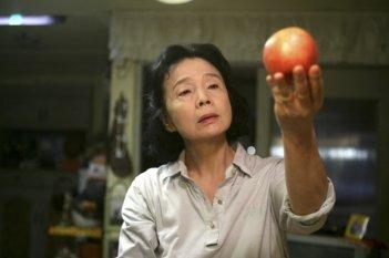 La donna protagonista del dramma Poetry di Lee Chang-dong