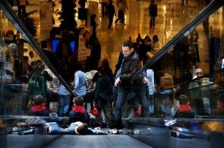 Elio Germano, Luca Giannetti e Damiano De Laurentis in un'immagine gioiosa del film La nostra vita