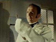 Robert Flemyng in una sequenza dell\'horror L\'orribile segreto del dottor Hichcock ( 1962 )
