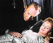 Robert Flemyng con Maria Teresa Vianello in una scena di L\'orribile segreto del dottor Hichcock