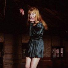 Brigitte Skay in una sequenza del film Reazione a catena di Mario Bava