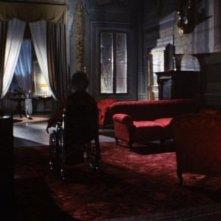 Isa Miranda (di spalle) in una scena del film horror Reazione a catena