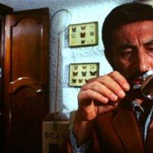 Leopoldo Trieste e (sullo sfondo) Laura Betti in una scena del film Reazione a catena