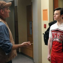 Mike O'Malley parla con Chris Colfer in una sequenza dell'episodio Laryngitis di Glee