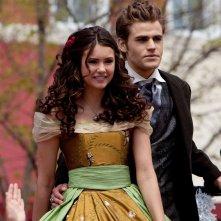 Elena (Nina Dobrev) e Stefan (Paul Wesley) in abiti d'epoca nell'episodio Founder's Day di The Vampire Diaries