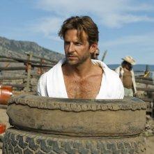 Bradley Cooper intrappolato in alcune gomme nel film The A-Team