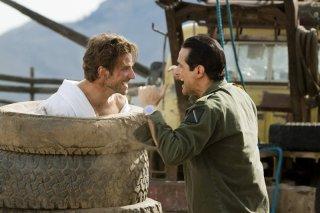 Faceman (Bradley Cooper) e il Generale Tuco (Yul Vazquez) faccia a faccia nel film The A-Team