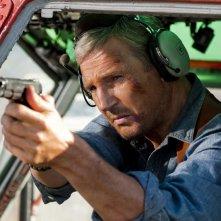 Hannibal (Liam Neeson) armato di pistola in una scena del film The A-Team