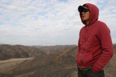 Il regista Kim Ji-woon sul set del film The Good, the Bad, the Weird