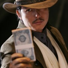 Jung Woo-Sung in un'immagine del film The Good, the Bad, the Weird