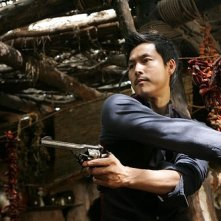 Lee Byung-Hun in azione nel film The Good, the Bad, the Weird