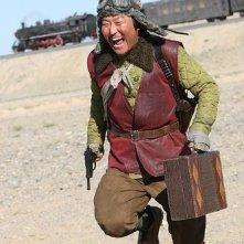 Un divertito Song Kang-Ho nel film The Good, the Bad, the Weird