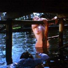 Brigitte Skay in una sequenza sexy del film horror Reazione a catena di Mario Bava