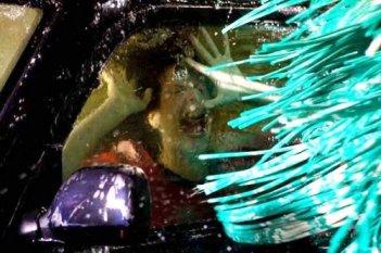 Haley Webb in una scena mortale del film The Final Destination