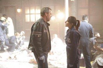 Hugh Laurie e Lisa Edelstein in una scena di Help Me dalla sesta stagione di Dr. House: Medical Division