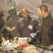 Hugh Laurie e Omar Epps in una scena di Help Me dalla sesta stagione di Dr. House: Medical Division